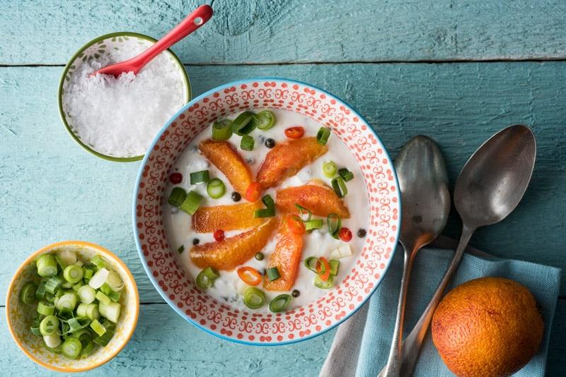Kaltschale aus Naturjoghurt und Blutorangen, fein abgestimmt mit grünem Pfeffer, Chili und Frühlingszwiebeln.