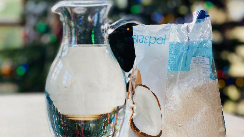 Kokosraspeln und Wasser