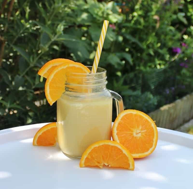 Gelber Mocktail mit Joghurt und Orangen