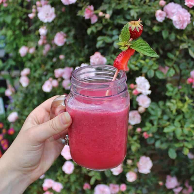 roter Cocktail mit Joghurt und Beeren