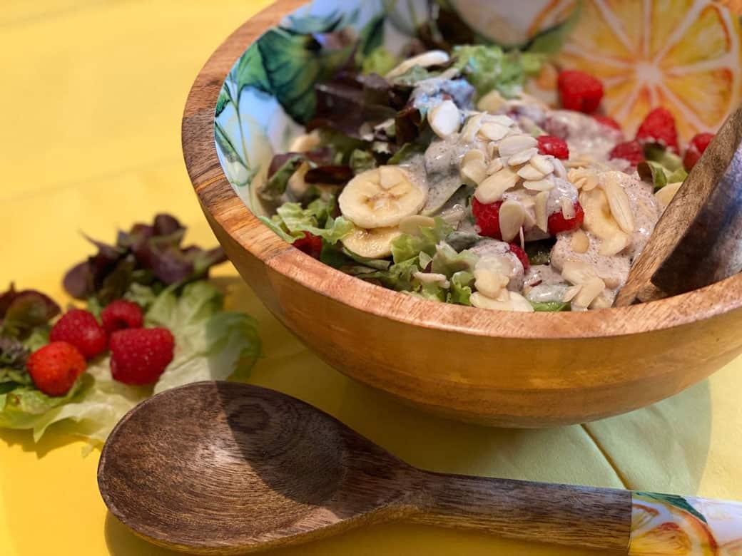 Salat Lollo Rosso mit Himbeeren, Banane und Himbeer-Joghurt-Dressing aus selbstgemachtem Joghurt aus YOGUT Kapsel