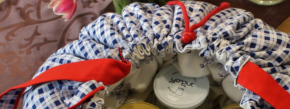 Wonderbag mit Joghurtgläsern, die darin fermentieren